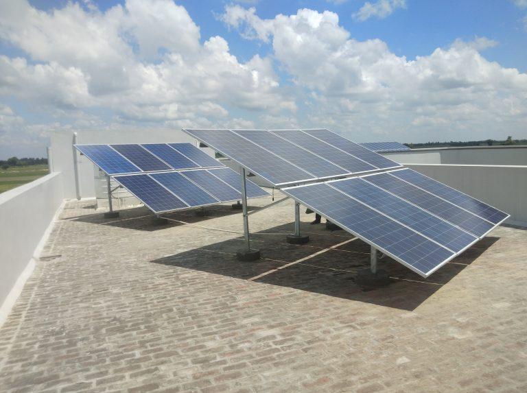 Lees meer over het artikel Zonnepanelen Sampark school Khukdi
